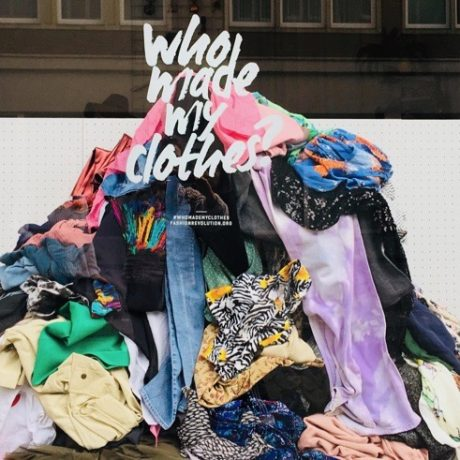 """8dbb07e51 """"Who made my clothes?"""" Foto-Booth im Schaufenster Free"""