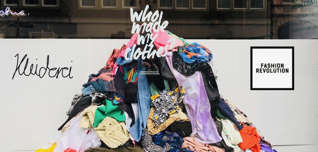 """""""Who made my clothes?"""" Foto-Booth im Schaufenster"""